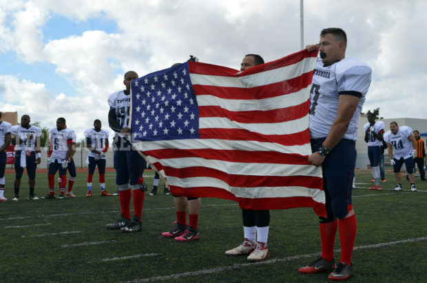 Jugadores de los Thunder cargan orgullosos la bandera de su país. - International Arena Bowl 2017